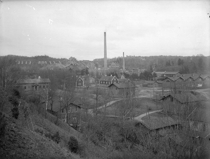 "Enligt fotografens noteringar: ""Munkedals Fabriksamhälle omkr. år 1920 ? Kanske 1909-1911."""