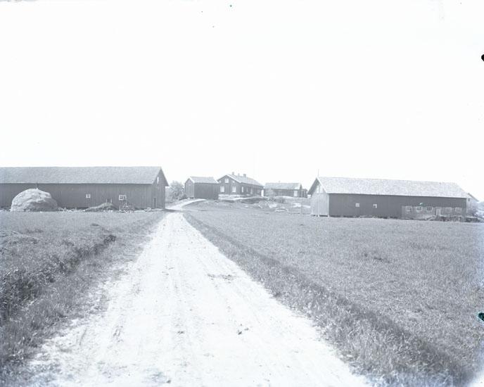 """""""1931. 83. Kronogården Gläborg.""""  """"Ladugården till vänster flyttades 1937 till Gläborg öster 1:6 som heter Kanalen. Evert och Sören Olsson ägde gården efter föräldrarna. Familjen Ernflykt, Vägverket och Filip Jansson har ägt gården därefter."""""""