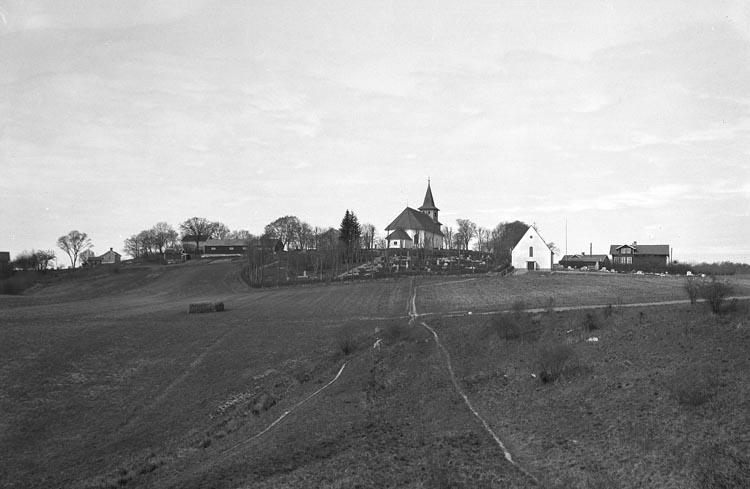 """Enligt fotografens noteringar för bild 1942 och 1941: """"Foss Kyrka & Foss Prästgård""""."""
