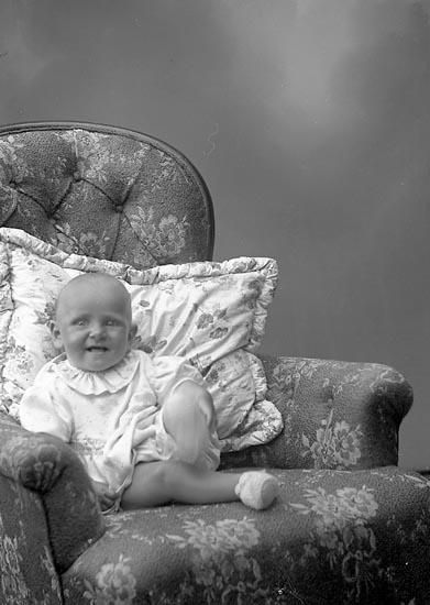 """Enligt fotografens journal nr 7 1944-1950: """"Lindqvist, Margareta Hövik Höviksnäs""""."""