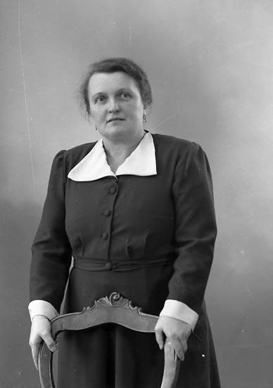"""Enligt fotografens journal nr 8 1951-1957: """"Englisch, Fru Bandfab. Här""""."""