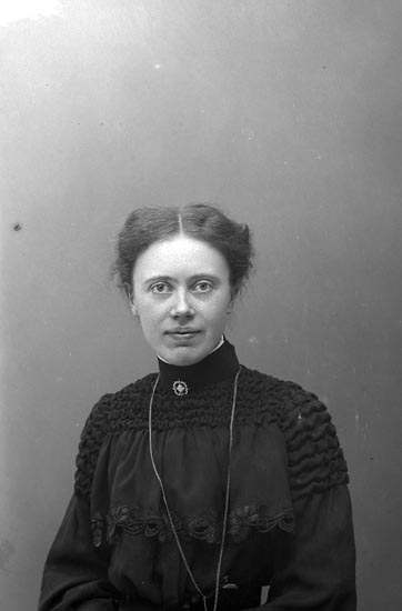 """Enligt fotografens journal nr 1 1904-1908: """"Wennergren Anna, Uddevalla""""."""