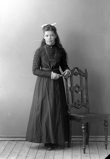 """Enligt fotografens journal nr 2 1909-1915: """"Ström, Inga """"."""