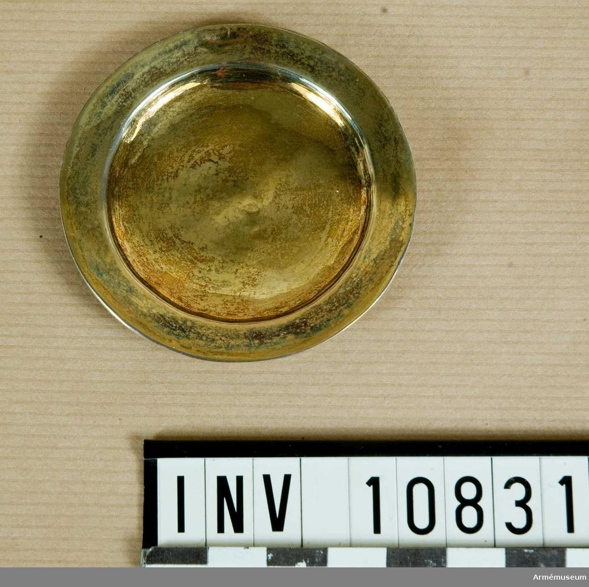 Grupp B II. Patén av silver, helt förgylld, rund, slät, utan inskription.Stämplar som på kalken: Tre kronor i tre pass; förmodligen Johan  Hindrik Halck, f 1748, mästare 1777-03-03, död 1797-04-19. Tre typer av stämplar, IHH eller HHI (nr 3669), kryss (nr 3670) och  obestämbar bild (nr 3668). Se Svenskt silversmide 1520-1850 av  Erik Andrén m fl.