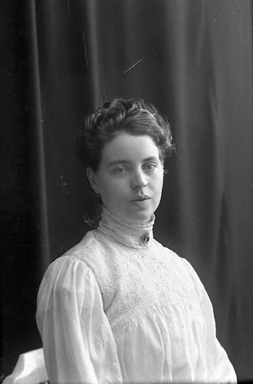 """Enligt fotografens journal nr 1 1904-1908: """"Johansson, Ester Banken St-s.d""""."""