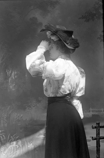 """Enligt fotografens journal nr 1 1904-1908: """"Björck, Ingegerd, Torgg. 13, Borås""""."""