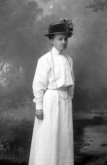 "Enligt fotografens journal Lyckorna 1909-1918: ""Svensson, Fröken Ljungskile""."