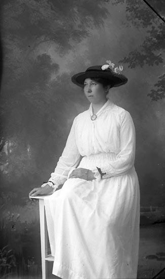 """Enligt fotografens notering: """"Ester Carlsson, Coronna Lyckorna""""."""