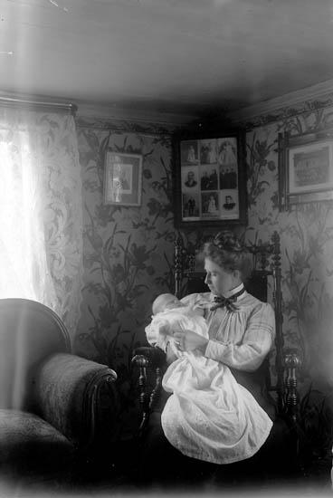 "Enligt fotografens journal nr 2 1909-1915: ""Andersson Anna Christina Fyrbacken J-da""."