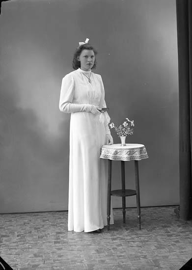"""Enligt fotografens journal nr 6 1930-1943: """"Olsson, Ellen Kärr Stenungsund""""."""