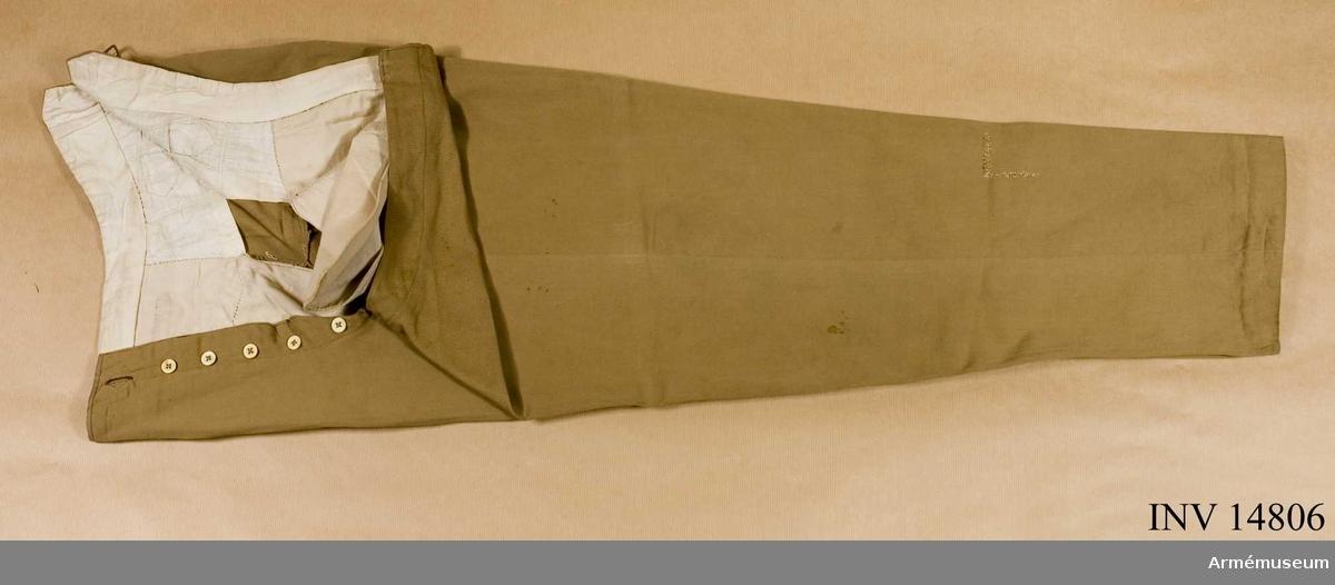 Grupp C I. Uniformen för löjtnant i engelsk tjänst under boerkriget, E. Mossberg, sedermera överste.Långbyxor av ljusbrunt tyg. De har tre fickor (varav en för klocka). Knapparna är av ben - sex på sprundet. Baktill på byxorna sitter en spänntamp med spännen av mässing. På insidan av byxbenen nedtill finns två par knappar för hällor (som saknas). Enligt kapten W. Granberg.