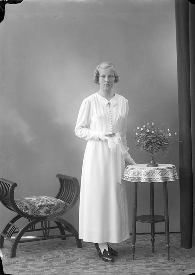 "Enligt fotografens journal nr 6 1930-1943: ""Karlsson, Edit, Nösnäs Stenungsund""."