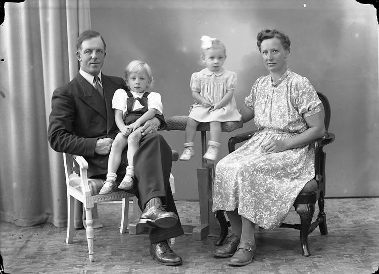 """Enligt fotografens journal nr 7 1944-1950: """"Svensson, Chaufför Bilstation Här""""."""