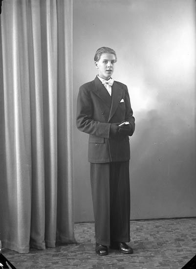 """Enligt fotografens journal nr 7 1944-1950: """"Karlsson, Ingvar Här""""."""