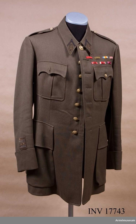 """Grupp C I. Ur uniform för officer, överstelöjtnant vid infanteriet, Frankrike. Bestående av vapenrock med ordensband, byxor. 1. vapenrock (fr. vareuse) av khaki, diagonaltyg, enradig med sju knappar, 70 cm lång. På baksidan finns ett sprund, 34 cm långt och vid midjan, på sidorna, två krokar för liv- remmen. ärmsömmarna. De fästes vid vapenrocken med små knappar. Rocken har fyra fickor, två sidofickor. Två bröstfickor med vertikala veck och lock med tre hörn utdragna till en spets. Sidofickor är stora och har fyrkantigt lock med en knapp. Foder av grönt silkestyg med två innerfickor. I den vänstra en  fastsydd vit tyglapp med påskriften """"G Talon, 62 Avenue Bosquet. Paris"""", """"N 552 M-r Rusterholtz Date 10.10. 1937.""""  På fodret en tyglapp med masgasinsmärke: """"Mod Maronnaud. G.Talon, Paris. 62 Avenue Bosque"""" Rocken har vid midjan hyska och hake. Knapparna är alla av metall, förgyllda med flammande  granater, 2,2 cm i diameter, 7 på framsidan. Fyra knappar med 1,2 cm i diameter på ficklkocken, två liknande på axeln. Krage, liggande, med generalstabstecken (blixtknippe). Den har hyska och hake. Ärmuppslagen nio cm  höga, rakskurna med en liten halvrund vinkel på baksidan. Ovanpå högra ärmuppslaget finns en klaff av samma gröna tyg med tre guld och två silvergaloner, en cm bred och 5 cm lång. Överstelöjtnants gradbeteckning.  LITT Armée francaise. Uniformes, 1937. Album plansch N 15. Vapenrock. """"Tenue de travail"""" (Tenue N 4) -tjänsteuniform, nr 4. Gradbeteckning plansch N 17- """"Lieutnant Colonel"""" har tre guld och två silvergaloner (5 cm långa). Les uniformes de 1'armée francaise. Terre, Mer, Air. E-l Bucquoy Paris 1935. I förodet nämnes, att den khakifärgade uniformen infördes år 1935. Sid 144. """"Officerare des Etats- majors""""  (generalstabsofficerare) med diplom på kragens klaffar blixtknippe och ovanpå detta två blå snören i vinkelform. Handbuch der uniformkunde. R. Knötel - Sieg Hamburg 1937. Sida 189: Detta generalstabsofficerarnas kännetecken- infördes år 1870 och fanns """