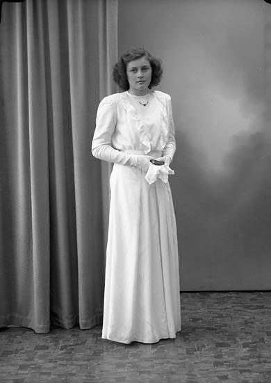 """Enligt fotografens journal nr 7 1944-1950: """"Olsson, Siv Smederöd Här""""."""
