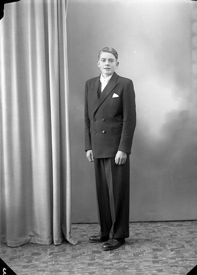 """Enligt fotografens journal nr 7 1944-1950: """"Johansson, Åke Box 8, St. Höga""""."""