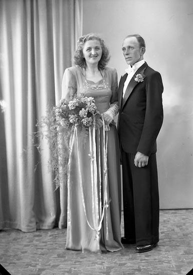 """Enligt fotografens journal nr 7 1944-1950: """"Karlsson, Herr Harald Byhn Ödsmål""""."""