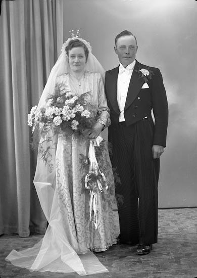 """Enligt fotografens journal nr 7 1944-1950: """"Karlsson, Oskar Ålebacken Ucklum""""."""
