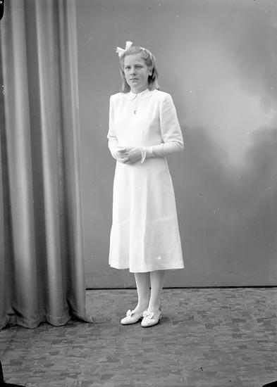 """Enligt fotografens journal nr 7 1944-1950: """"Håll, Kerstin Box 7, Svenshögen""""."""