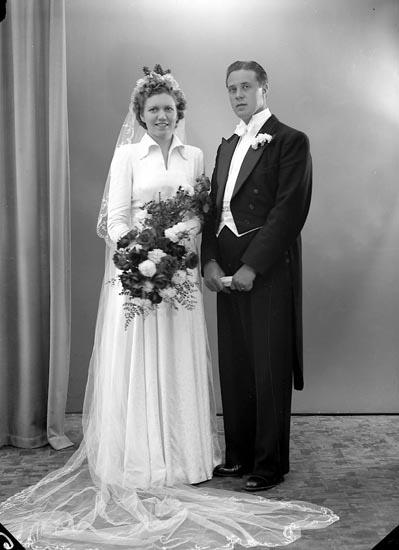 """Enligt fotografens journal nr 7 1944-1950: """"Johansson, Rune, Bagareg. 50 , Nyköping""""."""