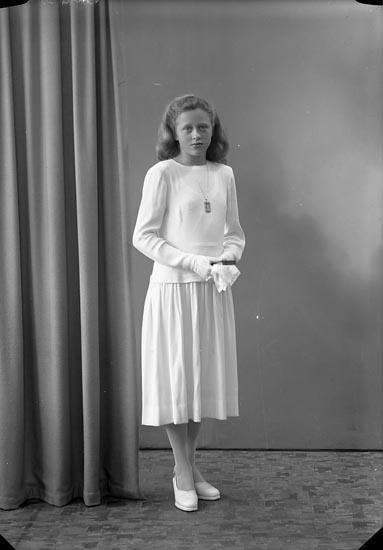 "Enligt fotografens journal nr 7 1944-1950: ""Jacobsson, Margareta, Dal, Ucklum""."