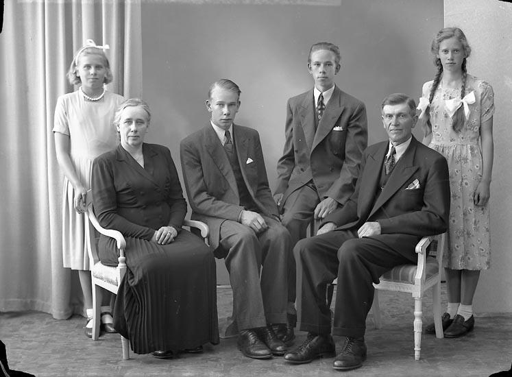 "Enligt fotografens journal nr 7 1944-1950: ""Alfredsson, Herr Adolf Myrbacka Skårby""."