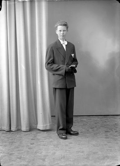 """Enligt fotografens journal nr 8 1951-1957: """"Eriksson, Stig Inlag Stenungsund""""."""