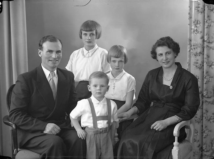 """Enligt fotografens journal nr 8 1951-1957: """"Fredriksson, Herr Orvar Toggestad Vråland, Svanesund""""."""