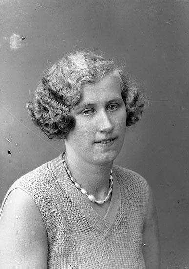 """Enligt fotografens journal nr 6 1930-1943: """"Hedberg, Anna Montör Olsson Här""""."""