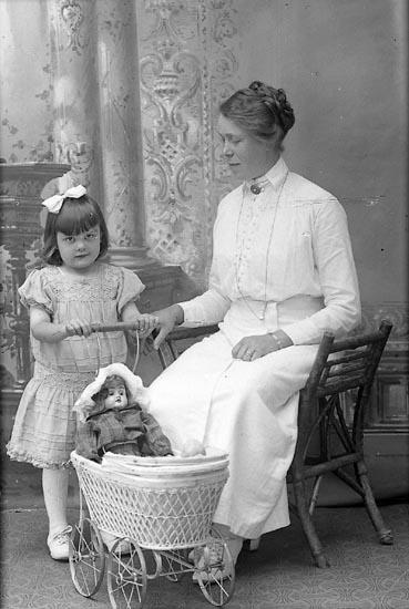 """Enligt fotografens journal Lyckorna 1909-1918: """"Johansson, Emma Pensionaten Lyckorna""""."""