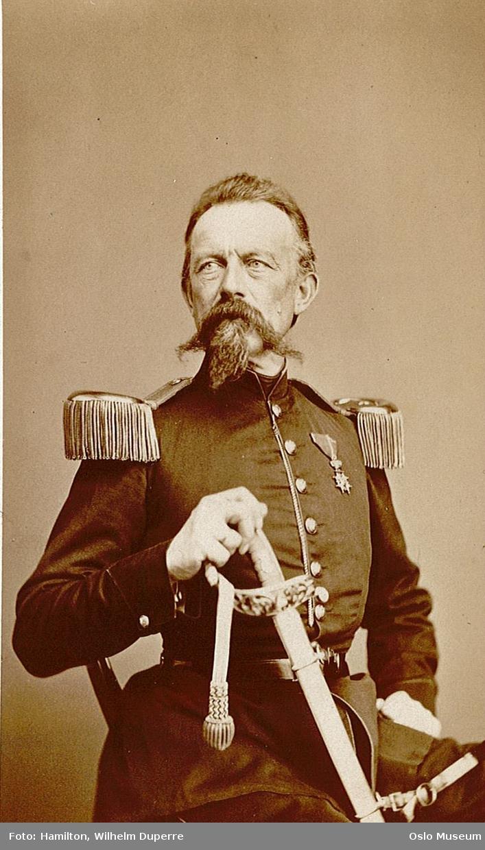 portrett, mann, oberstløytnant, depotsjef, uniform, epåletter, sittende halvfigur