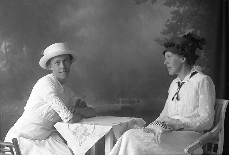 """Enligt fotografens journal Lyckorna 1909-1918: """"Aronsson, Emma Surte""""."""