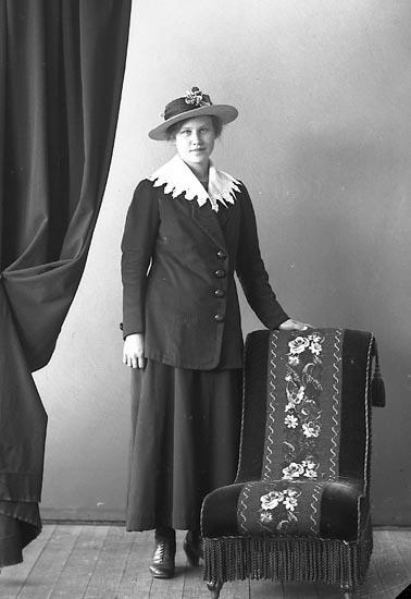 "Enligt fotografens journal nr 4 1918-1922: ""Karlsson, Ester Smeseröd, Ucklum""."