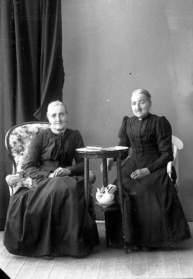 """Enligt fotografens journal nr 4 1918-1922: """"Johansson, Fru Amalia Här""""."""