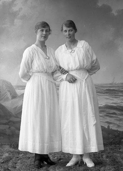 """Enligt fotografens journal nr 4 1918-1922: """"Hansson, Lena Kullgrens Ön""""."""