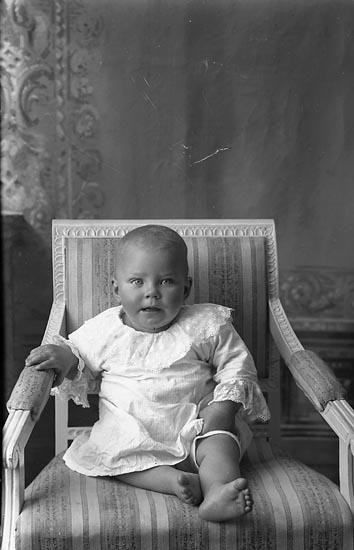 "Enligt fotografens journal Lyckorna 1909-1918: ""Edvardsson, Barbro Ljung""."