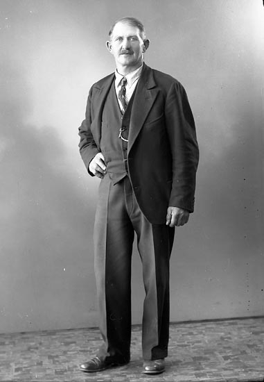 """Enligt fotografens journal nr 6 1930-1943: """"Hansson, Knut Sibräcka Hoga""""."""
