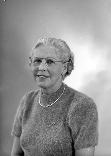 """Enligt fotografens journal nr 8 1951-1957: """"Lundqvist, Fru Stora Askerön Här""""."""