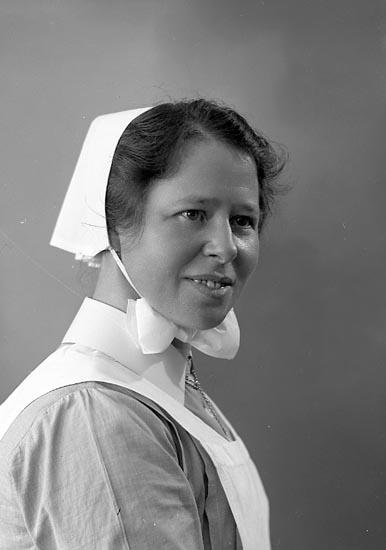"""Enligt fotografens journal nr 6 1930-1943: """"Gabrielsson, Diakonisssan Kungälv"""". Enligt fotografens notering: """"Diakonissan Fr. Ingeborg Gabrielsson Kungälv""""."""