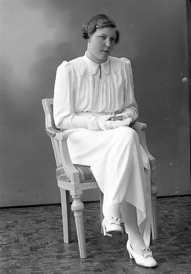 "Enligt fotografens journal nr 6 1930-1943: ""Karlsson, Annie S. Houg, Här""."