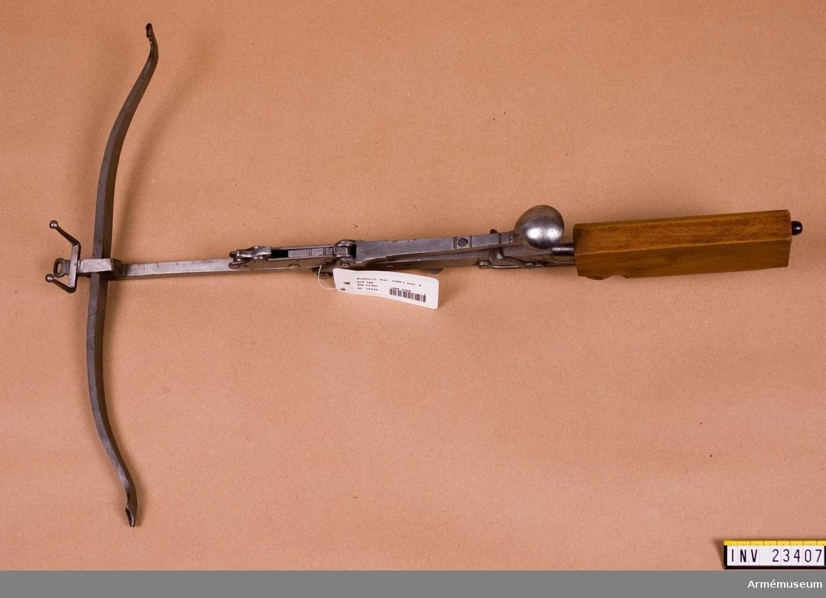 """Kularmborst. 1500-t slut. Grupp E I.  Jaktvapen, avsett för skjutning med kula av bly eller bränd lera. Tysk typ och tillverkning. Stocken är till största delen av stål. Endast själva kolven är av trä. Spännapparaten är fästad vid stocken. Hävarmen är märkt med en stämpel vari bl.a. bokstäverna """"M W"""" över ett kors, som står mellan tvenne halvmånar. Siktet är förkommet. Strängen fattas. Från kapten Silverskiöld, K Elfsborgs Reg.reserv."""
