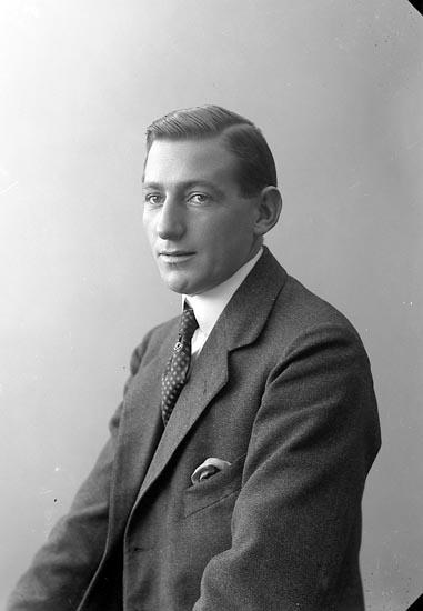 """Enligt fotografens journal nr 4 1918-1922: """"Olsson, Charles adr. Löfvendahl Oljekvarnsg. 13 Gbg""""."""