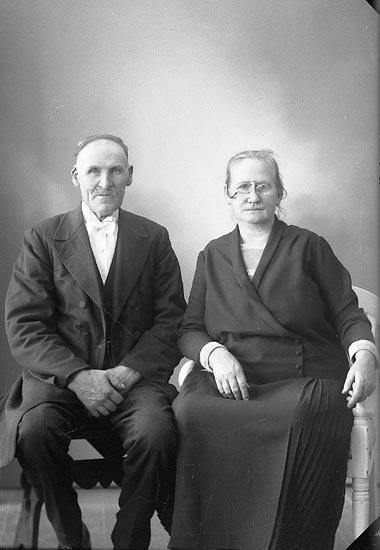 """Enligt fotografens journal nr 6 1930-1943: """"Johansson, Edvard Dal, Ucklum""""."""