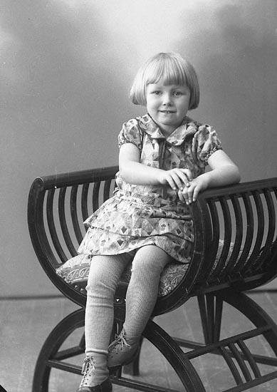 """Enligt fotografens journal nr 6 1930-1943: """"Svensson, Maja Här""""."""
