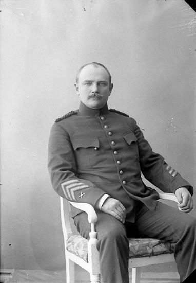 """Enligt fotografens journal nr 2 1909-1915: """"Järn, E. Styckjunkare""""."""