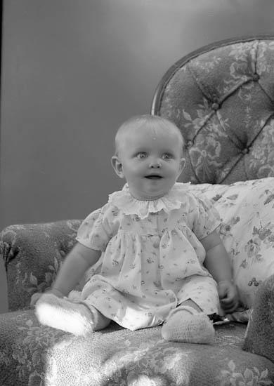 """Enligt fotografens journal nr 7 1944-1950: """"Johansson, Kerstin, adr. Gunnar J. Här""""."""