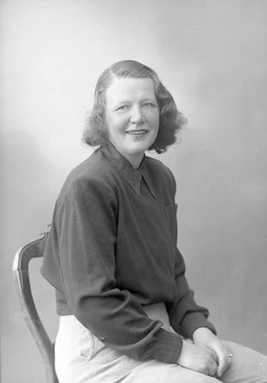 """Enligt fotografens journal nr 7 1944-1950: """"Malmgren, Fru Stenungsund""""."""