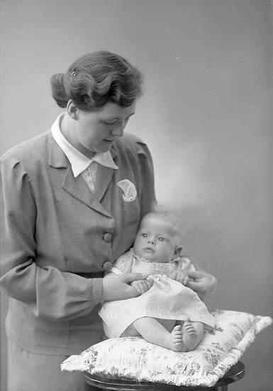 "Enligt fotografens journal nr 6 1930-1943: ""Lindqvist, Fru Margit Stenungsund""."