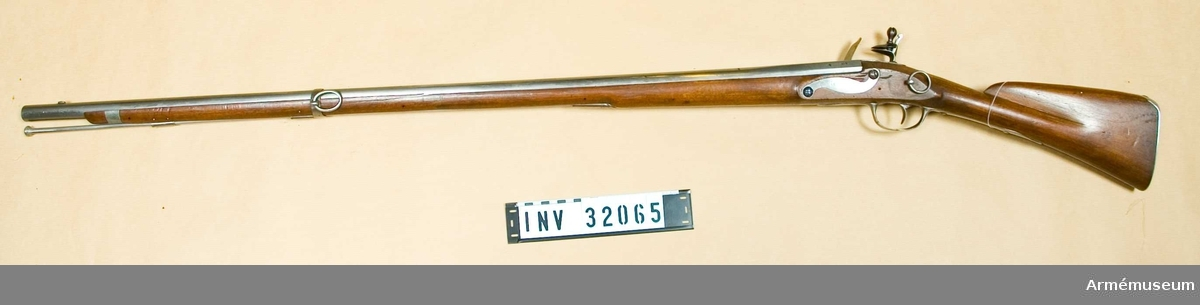 """Grupp E II.  Loppets rel. l:57,1 kaliber. Avsett för bajonett. Med järnbeslag märkt """"Jourjon S:t Etienne"""".Frankrike 1700-talet."""